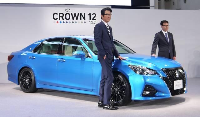 左は新型クラウンのCMに出演する豊川悦司氏、右がクラウン開発担当の秋山晃チーフエンジニア