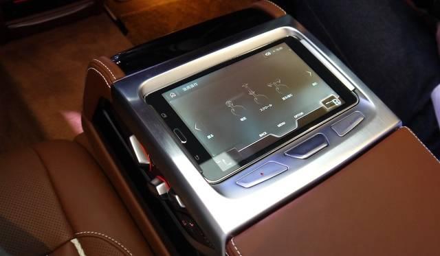 後席用の取り外し可能なタブレット型コントローラーが設置される
