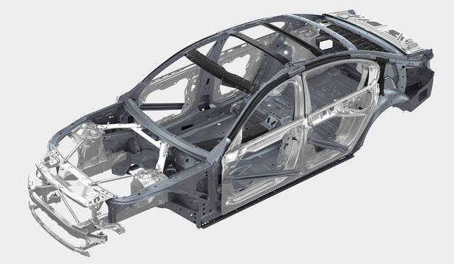 ボディは軽量な、カーボン、アルミニウム、超高張力スチールの複合構造「カーボンコア」を採用