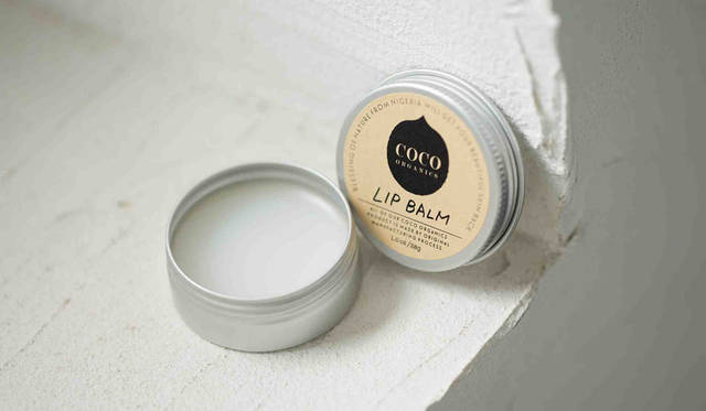 <strong>COCO ORGANICS|ココオーガニック</strong><br />ココナッツオイルの優れた保湿力で、唇の乾燥を防ぎ、うるおいとハリ、ツヤを与える。リップバームに含まれているアスタキサンチンは、自然界にある天然の赤い色素で、抗酸化作用がある。「リップバーム」2376円[12g]