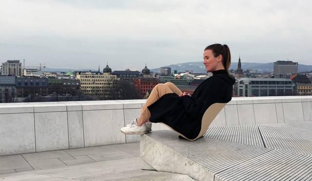 「スノヘッタ(Snóhetta)」 「ラウランドマウンテン教会は斜面の平衡を保つ位置に建てられ、このセブンチェアと似た点をもっている。固定されているように見えながらも、シェルを軽く押すだけで斜面に、屋外に持ち出すことができる。椅子を束縛から解くことで、多くのプロジェクトに使うことができるという着想のもとに生まれた。プロジェクトではつねに、屋内と屋外との連続性を意識しているため、このアウトドアチェアは彼らにとっても絶好のプロジェクトになったという