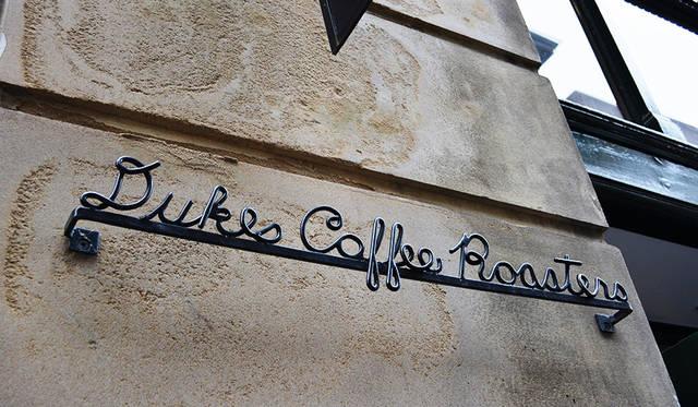 """フリンダースレーンの歴史的建築物の1階にあるカフェマニア必訪の<a href=""""/article/1407571/2"""" class=""""link_underline"""">Dukes Coffee Roasters</a>"""