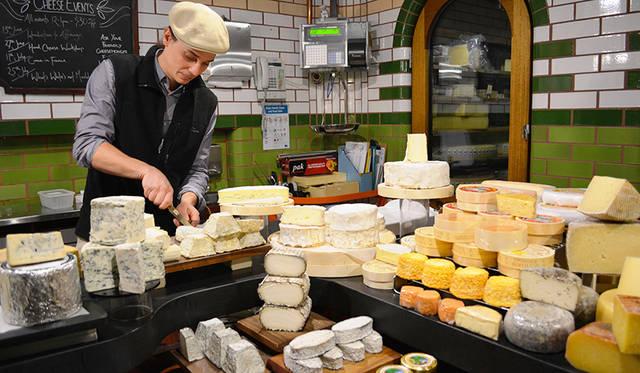 "<a href=""/article/1407571/2"" class=""link_underline"">Spring Street Grocer</a>の地下にあるチーズセラー。温度調整に気を配り、完璧な環境でチーズを静かに熟成させている"
