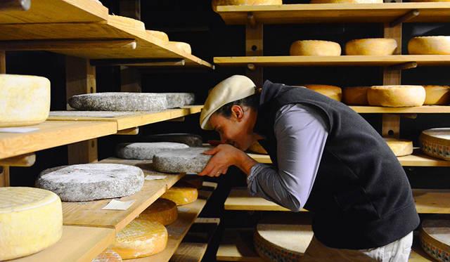 自分の子どものようにチーズを育て、熟成させるチーズマスターのヴィクター・プロシネット氏