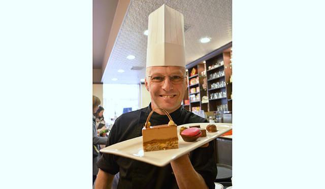名ショコラティエのアルノー・バックス氏。手にするのは定番人気の「Hazelnut Fan」。極上のヘーゼルナッツにミルクチョコのムースのマッチングは悶絶もの