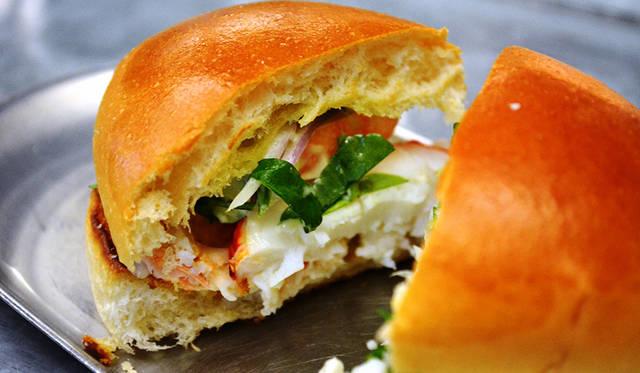 もうひとつの人気メニューが「New England lobster roll」。軽くトーストしたパンとマヨネーズで安定のおいしさ