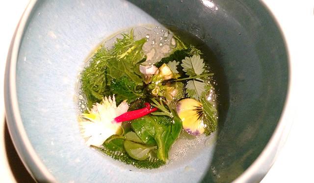 オーガニック菜園で収穫されたハーブを使った清涼感あるブロス。口中をリンスするような役割か