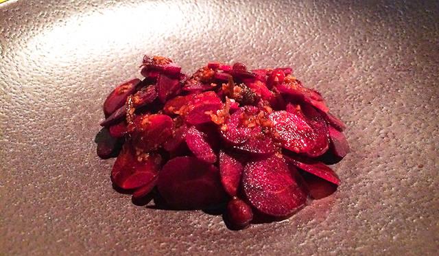 シェフ、ベン・シューリーのシグネチャー「Salted Red Kangaroo and Bunya Bunya」。これを味わうのは二度目。オーストラリアの大地へのリスペクトを感じる力強い料理だ