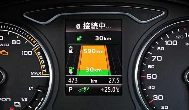 メーター間にそなわるディスプレイでは、e-tron専用のメニューも表示される。写真は航続可能距離の概算で、グリーンがEVのみでの距離、オレンジがハイブリッド走行の距離をしめす