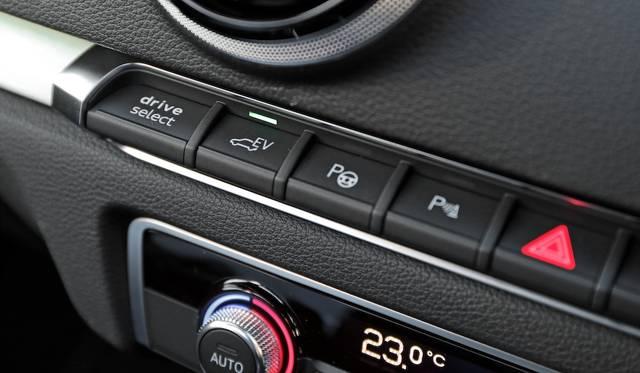 「ハイブリッド オート」「ハイブリッド ホールド」「ハイブリッド チャージ」そして「EV」のモードは、ボタンで切り替える