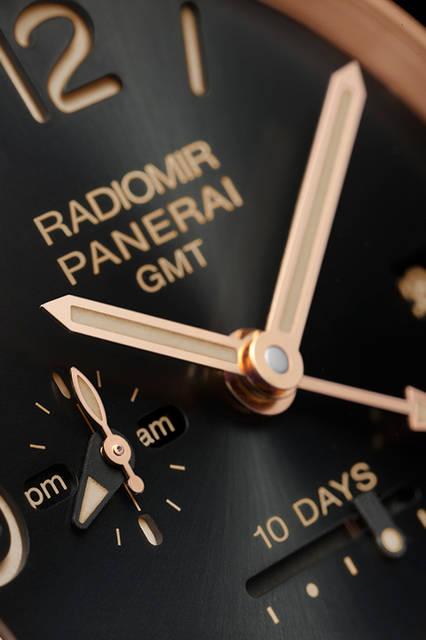 <strong>ラジオミール 1940 テンデイズ GMT オートマティック オロロッソ-45mm</strong><br /> ケース|レッドゴールド<br /> 直径|45mm<br /> ムーブメント|自動巻き(Cal.P.2003/10)<br /> 振動数|2万8800振動/時<br /> パワーリザーブ|約240時間(約10日間)<br /> 防水|5気圧<br /> 機能|ロングパワーリザーブ、昼夜表示付きGMT機構、秒針ゼロリセット機構<br /> 発売時期|2015年冬予定