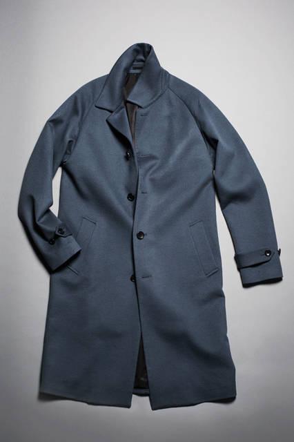 <strong> BALMACAAN COAT  </strong> <br /><br /> イタリアの名門チェルッティ社のウールビーバー生地を使用したバルマカーンコート。上品な光沢を放つこのコートは、生地のよさを最大限に際立たせるミニマルなデザインが特徴。リラックス感のあるラグランスリーブとシェイプのないゆるやかなAラインのシルエットが今シーズンの気分を表現している。  <br /><br /> カラー|BLUEGRAY, BLACK, ORANGE <br />  素材|毛(100%) <br />  サイズ|44〜50 <br />  価格|12万0000円