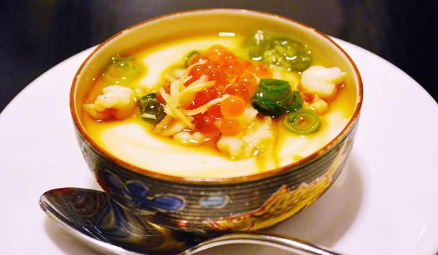 取材時のディナー、1品目に登場したのは自家製豆腐。うえにいくら、ワサビ、ジンジャーを添えて、和食のおもむきに