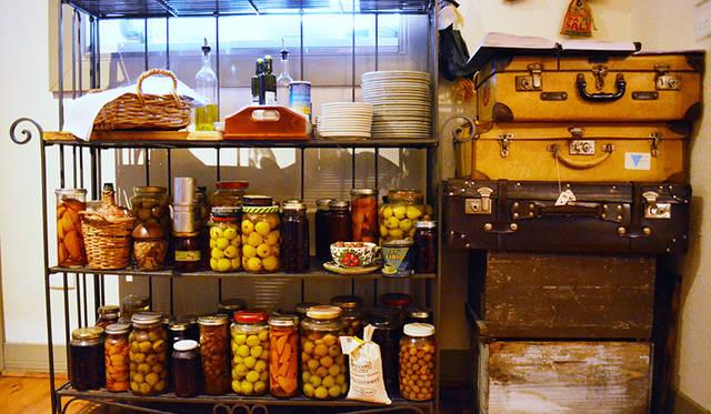 キッチンまわりにはこんな演出が。自家製のリキュールやコンポートはイタリアのマンマの味を伝える