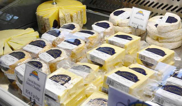 小型のパック詰めチーズも多いので、土産にすることも