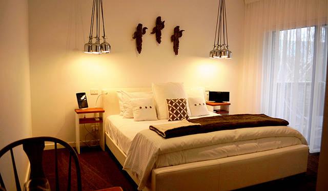 併設するファームステイホームの一室、「The Peggy Adelaide Suite」のベッドルーム。ペギーはオーナーの母親の名前から