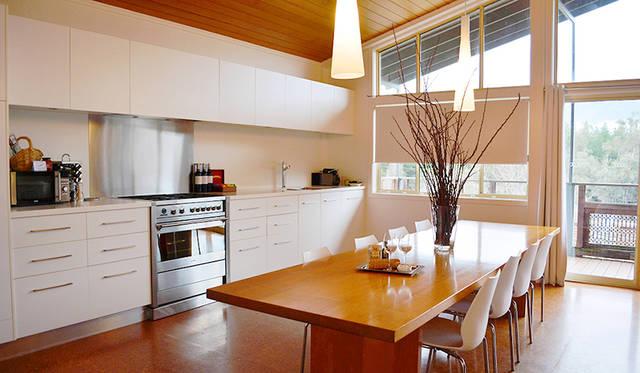 「Mt Buffalo View Apartment」の贅沢すぎるキッチン&ダイニング。名前のとおりベランダからバッファロー山が望める