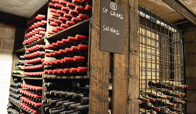 ワインセラーにはコレクションもののビンテージが。126年の歴史を感じさせる