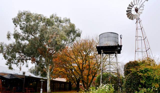 """雨水を貯めていたタンク、風車などオーストラリアの原風景を残す<a href=""""/article/1409622/3"""" class=""""link_underline"""">Brown Brothers</a>"""