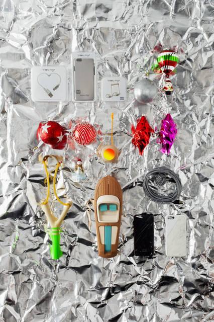 「Christmas 2015Space」 ライトニングケーブル、iPhone6カバー、イヤホンセット。3色展開(Silver、Gold、Rose Gold)「Happy Plugs Limited Edition」1万584円、クリスマスオーナメント「Silver Lurex Ball」(8cm)864円、「Santa with Balloon」(14cm)1296円、「Red Glitter Silver Star」(8cm)2484円、「Graphic Shiny Baubles」(8cm・Red & Silver 6個セット)6480円、「Snowglobe Snowman」3240円、ヨーヨー「Neon Yoyo」4752円、クリスマスオーナメント「Olive Knitter」(16cm)各1728円、パチンコ(アソートカラー)「Neon Sling Shot」7992円、パーツを組み立てて作るハンドメイドの木製オブジェ。多くの著名人を虜にしたイタリアRiva(リーヴァ)の名作ボート「AQUARAMA」がモデル「Riva Aquarama Gift Set」4万8600円、ストッパー付きライトニングケーブル「Night Cable Zebra」(3m)5400円、天然大理石を用いたiPhone6カバー「Clic Marble iPhone6 Case」各1万800円