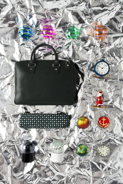 「Christmas 2015Space」 クリスマスオーナメント「Stripes」(10cm)各3024円、ラグジュアリーレザーブランド「MARK/GIUSTI(マーク・ジュスティ)」のブリーフケース(ポーチ付)。上質なレザーとイタリアのクラフトマンシップが融合した逸品。ザ・コンランショップ限定モデル「Milano Brief Case」(W40xD8xH30cm)15万1200円、アルネ・ヤコブセンがデザインした幻のデスククロックの復刻版が2015年の限定カラー、ブルーで登場「Arne Jacobsen Table Clock Station Blue – Limited」1万5120円、クリスマスオーナメント「Santa Skiing」4320円、NYのアーティストJohn Derian(ジョン・デリアン)が手がけるペーパーウェイト。ハンドメイドで仕上げられる作品はひとつ一つが特別「Paper Weight」各8532円、スノードーム型Bluetoothスピーカー。音量に連動して華麗に舞うスノーパウダーとLEDライティングが幻想的な世界を演出「Star Wars Wireless Snowglobe Speaker」(H13.5cm)各1万9440円