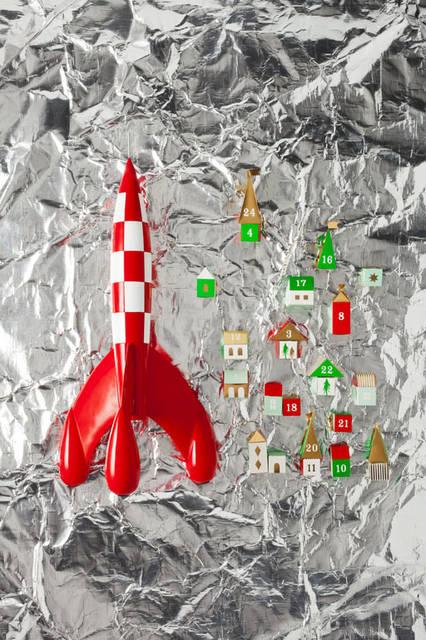 「Christmas 2015Space」 世界中で愛されるベルギー生まれの絵本『タンタンの冒険』に登場するロケットのオブジェ。「TinTin Rocket」(H72cm)9万9360円、建物やツリーのボックスを組み立てて作るアドベントカレンダー。中にお菓子などを入れればクリスマスまでの毎日を盛り上げてくれる「3D Advent Village」2430円