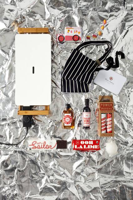 「Christmas 2015Space」 ホットプレート。12月中旬発売「Grill Plate L」(61.5cm)2万1600円、プロの料理人が愛用する「Oliver Harvey(オリバー・ハーベイ)」のエプロン。ギフトにも最適な缶入り「Butchers Bib Apron with Tin」8424円、「MAKERS & MERCHANTS」 日本初上陸、厳選素材で作られた調味料やお菓子は、味はもちろん楽しげなパッケージも魅力。上からキャンディー、サイダーシロップ、ワインシロップ、ドレッシングセット(EXVオリーブオイル & バルサミコ酢)、チョコレート(海塩、ライム)。11月下旬発売「Ice Cream Sweets Van」3132円、「Mulled Cider Syrup」(200ml)3024円、「Mulled Wine Syrup」(250ml)3024円、「Power Dressing」(250ml×2)5940円、「Chocolates」各972円、クリスマスオーナメント「Snowball」(8cm)2160円