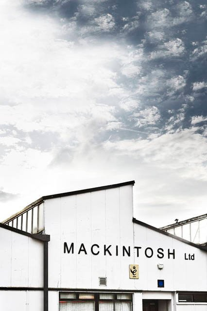 <strong>TOMORROWLAND|トゥモローランド</strong><br />TOMORROWLAND MEETS MACKINTOSH「MACKINTOSH POP UP STORE」