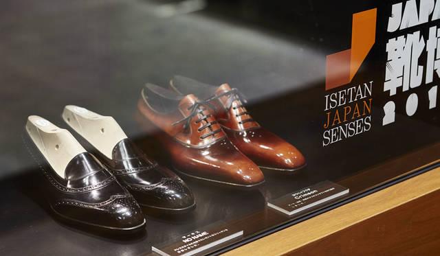 <strong>ISETAN MEN'S イセタンメンズ</strong><br />伊勢丹新宿店メンズ館地下1階=紳士靴売場「JAPAN靴博2015」 手前/「Marquess(マーキス)」モデル「NO NAME」、奥/「Yohei Fukuda(ヨウヘイフクダ)」モデル「Crimson」