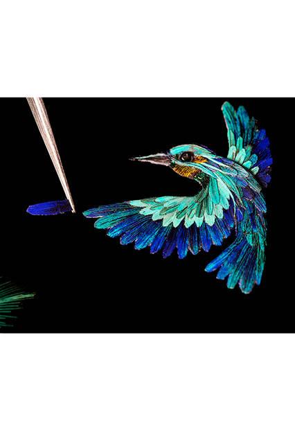 <strong>オワゾー アンシャンテ エクストラオーディナリー ダイヤル レディ アーペル コリブリ インディゴ</strong><br /><br /> ポジティブな人生観を象徴するブルーのハチドリが、ラベンダージェイド、レビドライト、バリサイトの象嵌細工とダイヤモンドで描かれた花の上で羽ばたく