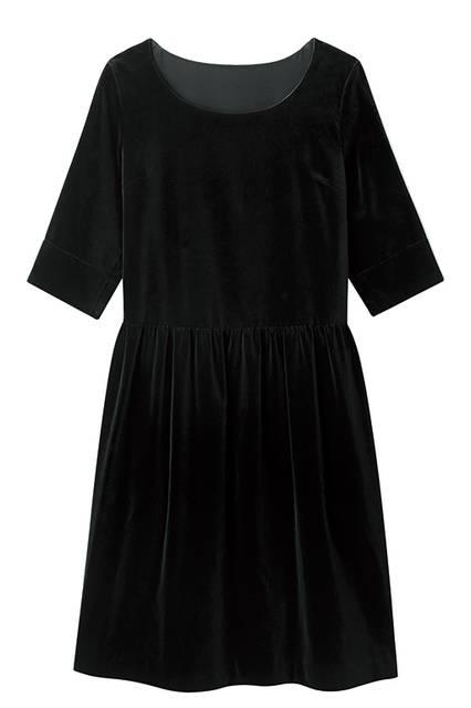 大きく開いたラウンドネックや折り返したハーフスリーブが、シンプルでありながらもスイートな雰囲気。ドレス7万200円(マーガレット・ハウエル)