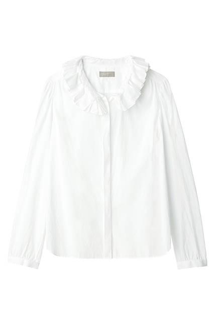 ドレスシャツにも使われるファインコットンを、製品洗いによってラフに仕上げているので、デイリーなおしゃれに大活躍。シャツ3万4560円