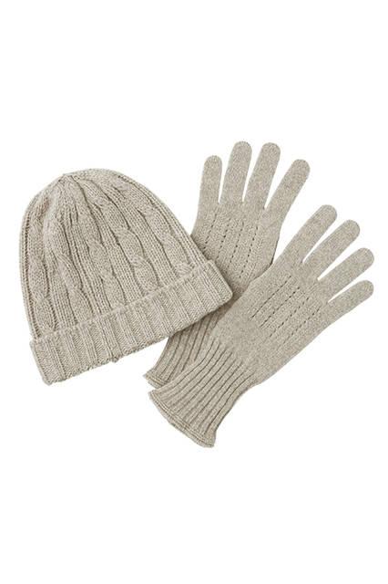 カシミヤとラムズウール混紡による、暖かみ溢れるテクスチャーがクリスマスシーズンにぴったり。ニット帽1万6200 円、グローブ1万5120円
