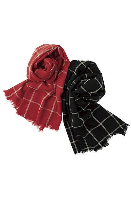 軽やかに織り上げたウインドーペンと無地の切り替えによるウールスカーフは、巻き方によってさまざまな表情が楽しめる。スカーフ各1万9440円