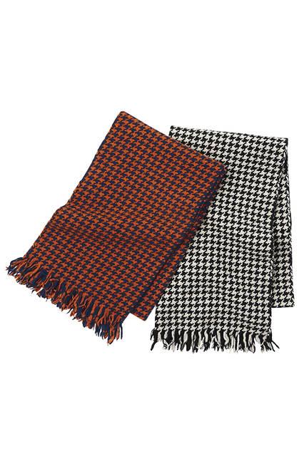 ハイコントラストなカラーリングでハウンドトゥースがくっきりと映える手織りのウール素材。ユニセックスで愛用できるのも嬉しい。スカーフ各3万7800円