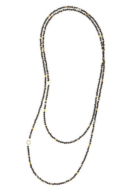 シルバーや粒状のビーズと淡水パールを丹念につなげて。アタッチメントを使えば2連にもなるデザイン。ネックレス2万3760円