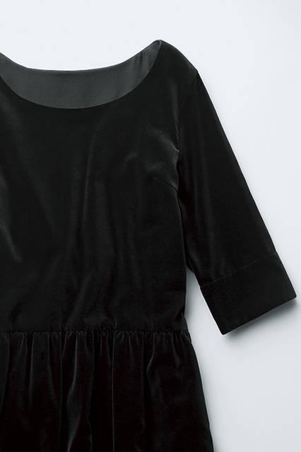 ベルベットで有名なドイツのサプライヤーならではの、上質感溢れるテクスチャーが目を惹くコットンベルベット。独特の毛足が放つ深みのあるブラックの色合いが、リッチなムード。ドレス7万200円