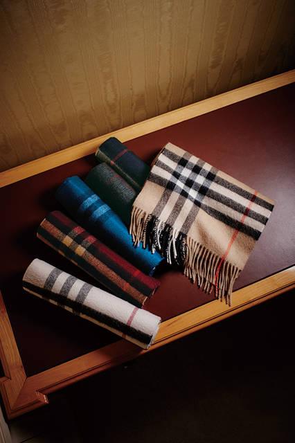 バーバリーのカシミヤ・スカーフは最高品質のカシミヤをスコットランドのうつくしい天然水で洗浄し、チーゼルという天然植物で職人がブラッシングすることで独特の光沢とやわらかな質感に仕上げられている。<br><br> カシミヤ・スカーフ各7万3440円/バーバリー <阪急メンズ大阪2階・阪急メンズ東京2階>