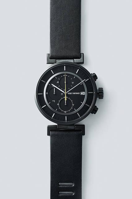 カーデザイナーの和田智氏がデザインを手掛ける「W」シリーズのISSEY MIYAKEショップ限定モデルは、ブラックのダイヤルにゴールドカラーの秒針が映える端正なデザイン。ミニマルなデザインながらも、腕元で洒脱な存在感を主張する。<br><br> 時計4万3200円/イッセイ ミヤケ メン <阪急メンズ大阪3階・阪急メンズ東京3階>