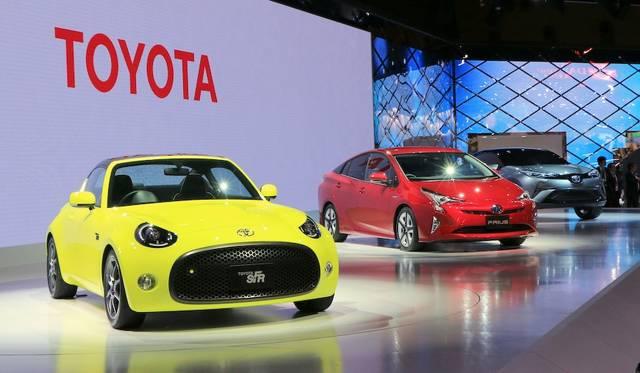 コンパクトなFRレイアウトをもつスポーツカーのコンセプトモデル。奥は新型プリウス