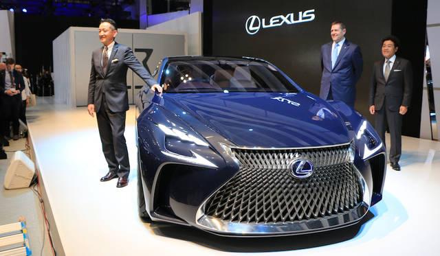 あらたなコンセプトモデル「LF-FC」を紹介するレクサス・インターナショナルの福市得雄プレジデント(左)