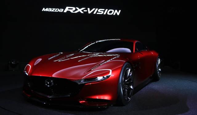 長く低いフロントフードと後ろに見た目の重心がある、FRらしいプロポーションのRX-Vision。その心臓にはSKYACTIVE-Rテクノロジー採用のロータリーエンジンが搭載されるという