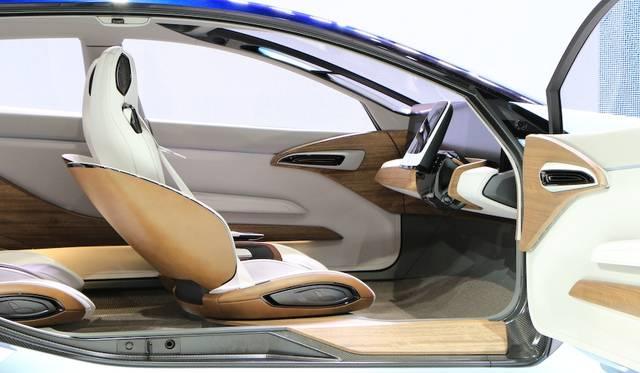 自動運転モードでは、ハンドルが収納されて大型ディスプレイが表示される。シートも若干内側を向く