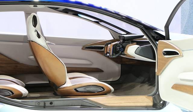 マニュアル運転モードにすると、ハンドルがあらわれ、視界の邪魔になる大型ディスプレイは畳まれる