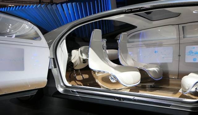 自動運転モードでは、フロントシートが反対を向き、車内は完全なラウンジとなる