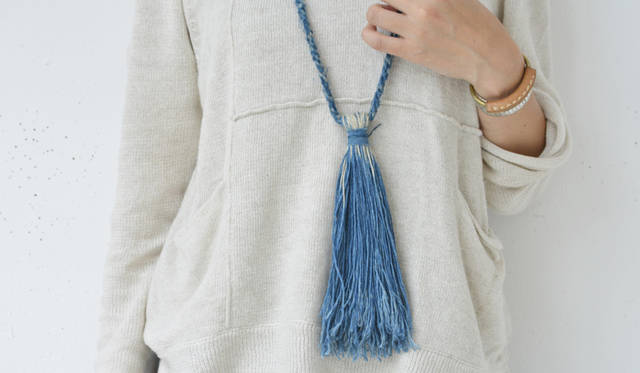 <strong>Cathy Callahan(キャシー・カラハン)</strong><br><br>天然藍やヘンプといった自然から得る素材を使ったアクセサリーを中心にコレクションを展開する、ロサンゼルスを拠点とするアーティスト。 ハンドダイで一つひとつ丁寧に染め上げられる絶妙な藍色のフリンジネックレスは、彼女のアイコンピースのひとつ。 新旧の技術を巧みに取り入れ、メイド イン カリフォルニアの素材やひと、環境を大切にしたものづくりをつづけている。