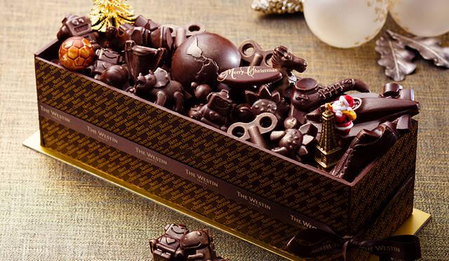 """<h2 class=""""cnt_subtitle"""">THE WESTIN TOKYO ウェスティンホテル東京</h2>  """"Winter Elegance""""をテーマにお届けする「ウェスティンホテル東京」のクリスマス。毎年恒例の高さ約5メートルのクリスマスツリーが1階ロビーに登場し特別な季節を盛り上げる。そんな同ホテルのクリスマスケーキは、聖夜に華やぎを添える見た目にもキュートなボックスケーキ。あふれんばかりのモチーフチョコをトッピングした遊び心が光るデザインがポイント。ブランデーをたっぷりふくませたスポンジとガナッシュが12層に重なり合う、リッチな味わい。  <br /> <br />  <strong>「トイボックス ブラック」</strong><br /> 価格 1万2960円(10×26センチ) ※10個限定<br /> 予約期間 12月18日(金)まで<br /> 引渡期間 12月20日(日)~25日(金)<br /> 引渡場所 ウェスティンホテル東京 1階「ジンジャーブレッドハウス」<br /> 予約方法 電話、1階「ウェスティン デリ」、ウェブサイト <br /> <br /> <div class=""""article-contact""""> <div class=""""article-contact-head"""">問い合わせ先</div> <div class=""""article-contact-deta""""> <p class=""""article-contact-name"""">ウェスティンホテル東京</p> <p class=""""article-contact-tel"""">Tel. 03-5423-7778(ウェスティン デリ)</p> <p class=""""article-contact-url"""">http://www.westin-tokyo.co.jp</p></div> </div>"""