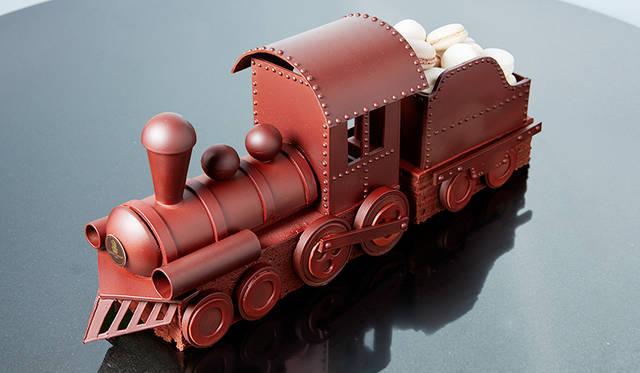 """<h2 class=""""cnt_subtitle"""">THE RITZ-CARTON, TOKYO ザ・リッツ・カールトン東京</h2>  チョコレートを汽車の形でかたどったユニークなクリスマスケーキ。車輪から積荷までお菓子でできたかわいいデザインが、特別なシーンを盛り上げることまちがいなし。ベースはチョコレートケーキとなっており、長さは30センチ。大勢で食べられるパーティサイズなのがうれしい。手がけたのは、今年1月フランスでおこなわれたパティシエ・コンクールの最高峰「クープ・デュ・モンド・ラ・パティスリー2015」で、見事2位に輝いたペストリーシェフの徳永純司氏だ。  <br /> <br />  <strong>「トレインケーキ」</strong><br /> 価格 5万4000円(直径30センチ) ※5個限定<br /> 予約期間 12月18日(金)まで<br /> 引渡期間 12月19日(土)~25日(金)<br /> 引渡場所 ザ・リッツ・カールトン東京 1階「ザ・リッツ・カールトン カフェ&デリ」<br /> 予約方法 電話  <div class=""""article-contact""""> <div class=""""article-contact-head"""">問い合わせ先</div> <div class=""""article-contact-deta""""> <p class=""""article-contact-name"""">ザ・リッツ・カールトン東京</p> <p class=""""article-contact-tel"""">Tel. 03-6434-8711(レストラン予約)</p> <p class=""""article-contact-url"""">http://www.ritz-carlton.jp</p></div> </div>"""