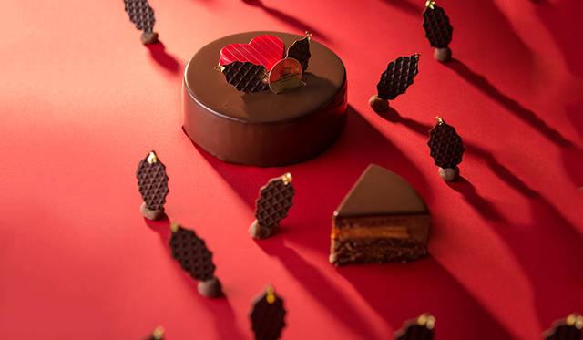 """<h2 class=""""cnt_subtitle"""">PIERRE MARCOLINI ピエール マルコリーニ</h2>  今年は王道のチョコレートケーキで攻める「ピエール マルコリーニ」。香り高いビターチョコレートムースと、甘酸っぱいパッションフルーツクリームが奏でる幸せのマリアージュが楽しめる。さらに、おいしさを引き立てるビスキュイショコラやアーモンド&ピスタチオのヌガーを重ね、シンプルながら繊細な調和に。赤いハートを添えたあたたかみのあるキュートなデコレーションにも注目。  <br /> <br />  <strong>「ノエル ドゥ ピエール 2015」</strong><br /> 価格 6300円(直径12センチ)<br /> 予約受付中 ※販売予定数に達し次第終了<br /> 引渡期間 12月16日(水)~26日(土)<br /> 引渡場所 羽田店、グランスタ店(JR東京駅)、名古屋店、ルミネ横浜店<br />予約方法 電話、各店舗、ウェブサイト<br /><br />  <div class=""""article-contact""""> <div class=""""article-contact-head"""">問い合わせ先</div> <div class=""""article-contact-deta""""> <p class=""""article-contact-name"""">ピエール マルコリーニ</p> <p class=""""article-contact-tel"""">Tel. 03-3248-0470</p> <p class=""""article-contact-url"""">http://www.pierremarcolini.jp</p></div> </div>"""