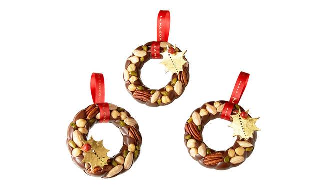 """<h2 class=""""cnt_subtitle"""">LA MAISON DU CHOCOLAT ラ・メゾン・デュ・ショコラ</h2>  リング型のマンディアンとダークチョコレートでできたクリスマスオーナメント。すべて手づくり。繊細なチョコレートリースには、アーモンドやヘーゼルナッツ、ピスタチオというさまざまなナッツがはめ込まれている。最後に金箔を貼ったダークチョコレートのヒイラギの葉をあしらいゴージャスな雰囲気をアップ。美味なるオーナメントは、とっておきのクリスマスを演出してくれることまちがいなし。  <br /> <br />  <strong>「パンピーユ クロンヌ ドゥ ノエル」</strong><br /> 価格 3915円(直径約10. 5センチ)<br /> 販売期間 12月2日(水)から ※販売予定数に達し次第終了<br /> 販売店舗 丸の内店、青山店、松屋銀座店、六本木ヒルズ店、梅田阪急店<br /><br />  <div class=""""article-contact""""> <div class=""""article-contact-head"""">問い合わせ先</div> <div class=""""article-contact-deta""""> <p class=""""article-contact-name"""">ラ・メゾン・デュ・ショコラ</p> <p class=""""article-contact-tel"""">Tel. 03-3201-6006(丸の内店)</p> <p class=""""article-contact-url"""">https://www.lamaisonduchocolat.co.jp</p></div> </div>"""
